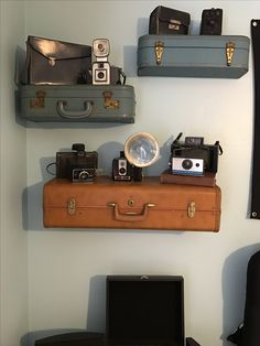 Vintage suitcase shelfs with camera collection display Vintage Camera Decor, Vintage Suitcases, Vintage Cameras, Vintage Decor, Vintage Suitcase Decor, Antique Cameras, Vintage Display, Vintage Luggage, Vintage Ideas