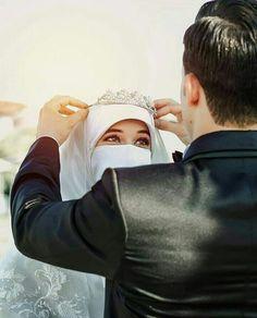 hn shop p jny lgy hn boor b chl rha abo ko ly k jana ha na is liay Love Couple Images, Cute Love Couple, Couples Images, Beautiful Couple, Couple Pictures, Cute Muslim Couples, Muslim Girls, Cute Couples, Muslimah Wedding Dress