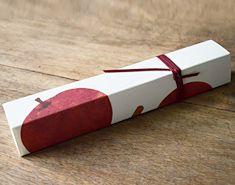 季節限定「林檎とニッキの道明寺羹」/HIGASHIYA Apple Packaging, Packaging Ideas, Japanese Packaging, Creative Package, Package Design, Packing, Branding, Cosmetics, Gifts