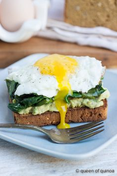 Easy Gluten-Free Breakfast Sandwich - fried egg, sauteed kale, smashed avocado & #glutenfree toast