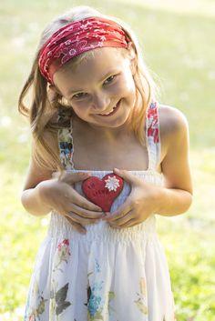 Kleines Mädchen hält ihr Herz