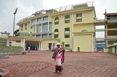 नया रायपुर में निर्मित शहीद वीर नारायण सिंह अंतर्राष्ट्रीय क्रिकेट स्टेडियम पहुंचे धमतरी जिले के पंचायत प्रतिनिधियों ने भव्य मैदान का अवलोकन किया. यहाँ विशाल स्टेडियम में खूबसूरत कुर्सियों पर बैठकर हरे-हरे मैदान का नजारा किया. प्रतिनिधियों ने मोबाईल से अपने साथियों की तस्वीरें भी खींची.