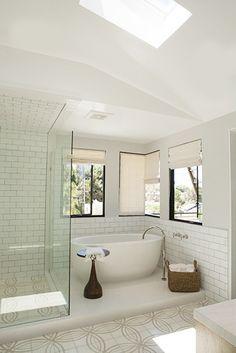 シャワースペースはガラス壁で囲いを。バスタブの部分は、オープンに。