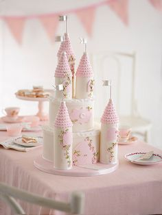 How to make a Princess castle cake - its the ultimate party showstopper! Disney Princess Birthday Cakes, Castle Birthday Cakes, Baby Birthday Cakes, Birthday Parties, Castle Party, Girls 2nd Birthday Cake, Princess Birthday Centerpieces, Birthday Ideas, Disney Castle Cake