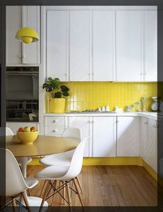 contraste et luminosité apportée à cette cuisine moderne et sobre