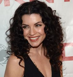 Julianna Margulies - she looks so much prettier with her natural curls imo, why do nearly all curly haired actresses straighten? Hairstyles For Round Faces, Trendy Hairstyles, Julianna Margulies, Head Band, Medium Curly, Medium Hair, Blond, Natural Curls, Winter Looks