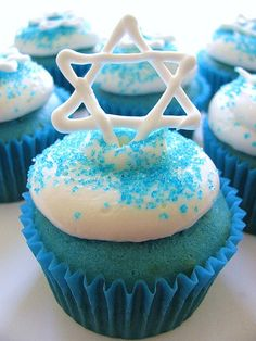 Hanukkah cupcakes are a great way to celebrate the festival of lights. View these Best 50 Hanukkah Cupcake Decorating Ideas that can be made with regular ingredients. Hanukkah Crafts, Hanukkah Food, Hanukkah Decorations, Christmas Hanukkah, Hannukah, Happy Hanukkah, Hanukkah Recipes, Jewish Crafts, Hanukkah 2019