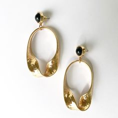 Golden Bijoux Earring Featuring a twisted drop oval pendant, these statement earrings are sure to dress up any outfit. Measuring 7cm from stud to drop – and 3cm across. Available in one colour only. Limited Stock Available.