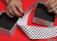 """Organizar """"biju"""" é algo um pouco difícil, mas uma caixa como essa pode facilitar, quem fez foi a artesã Linda Nesi, do Ateliê Arvore de Retalhos. Com um estilete, corte três quadrados d…"""