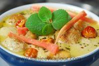 Mixed Dal Ke Pakore In Coconut Curry (Golechi Amti): Flavourful dal dumplings in rich coconut gravy.