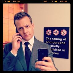 In Suits, one of Manhattan's top corporate lawyers (Gabriel Macht) sets out to recruit a new hotshot associate and hires the only guy that impresses him, a Serie Suits, Suits Tv Series, Suits Tv Shows, Harvey Specter Suits, Suits Harvey, Donna Harvey, Donna Paulsen, Jessica Pearson, Suits Quotes