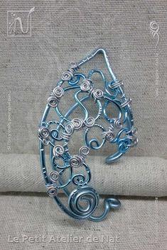 Tour d'oreille féerique-elfique | Fairy ear cuff « Fantaisie Bleu d'Argent » 1.0  - Réalisation [ Fait-Main ] avec des fils d'aluminium Bleu Glacé et liens Argent - Ce tour d'oreille elfique et féerique peut être porté pour tout évènement pour peu que l'on veuille se démarquer ou tout simplement pendant un évènement Cosplay... Mesures du bijou : Tour d'oreille (cm) : 6 x 3,5 / Oreille fantaisie (cm) : 7,5 x 4 / Poids (g) : 7.