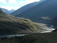 4ocima Seguir Luz no Vale Pin. Raios de sol entram por entre as nuvens no mágico Vale Pin, perto da vila de lama. Estado de Himachal Pradesh, Índia.  Fotografia: 4ocima no Flickr.
