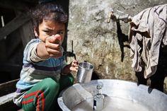"""Durante il nostro trekking nel circuito dell'Annapurna abbiamo potuto imbatterci in situazioni lontane dal """"nostro"""" mondo. Questa foto ne immortala una. Un giovane bambino che anzichè giocare con gli amici lava i piatti per tutta la famiglia. Una scena che ci ha colpito molto e che abbiamo voluto immortalare così. --- #asia #annapurna #reportage #travel #photography #master_shots #nepal8thwonder #ig_nepal #photo #ethnologies #travel #streetphotography #photooftheday #natgeo #natgeotravelpic…"""