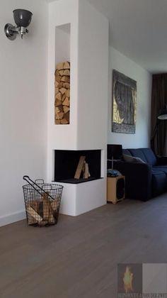 Moderne inbouw haard in een kolom met aan de zijkant een houtvak, twee zijdige hoekhaard   Profires partner Reijnhoudt & van der Zwet · inspiratie voor sfeerverwarming #livingroomstorage