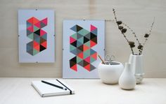 Grafische Muster und geometrische Formen finden wir derzeit überall. Ob auf Schmuck, Stoff oder Tapeten, Dreiecke, Linien und Rauten sind weiterhin hoch im Kurs.  Wer daran, ebenso wie ich Gefallen findet, kann sich mit dem heutigen DIY schnell selbst eine Collage zusammenstellen und damit die Wand schmücken.