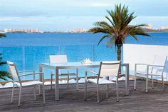 Fabuloso y práctico comedor de terraza y jardín comuesto por una fantástica mesa con cristal blanco y dos sillas muy amplias y cómodas.Este conjunto tiene un diseño muy exclusivo y moderno lo que le aportará a su terraza o jardín todo el estilo que requiere, no desaproveche esta oportunidad!!