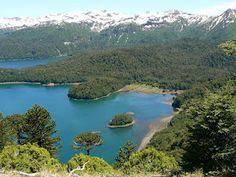 El Parque Nacional Conguillío se encuentra en la precordillera andina del sur, en la Región de la Araucanía, a casi 800 kilómetros al sur de Santiago de Chile y tiene una superficie de 60.832 hectáreas. Su nombre en mapudungun, la lengua mapuche, significa agua con piñones. Creado en 1987 para proteger los milenarios bosques de araucarias, el paisaje es prácticamente virgen y uno de sus mayores atractivos son los bosques de araucarias de 600 a 1.200 años de edad.