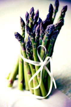 Food Inspiration  Green and Purple Food Photography | spring vegetables: aspargus . Frühlings-Gem