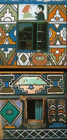 architecture africaine : façade de maison Ndebele, Afrique du sud, peinture décorative du monde