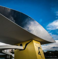 A arquitetura brasileira também é destaque, seja ela moderna, como no Museu Oscar Niemeyer em Curitiba…