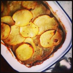Lamb & pea pie with crispy sliced potato topping - Recipes from a Normal Mum - Food: Veggie tables Lamb Mince Recipes, Meat Recipes, Snack Recipes, Cooking Recipes, Savoury Recipes, Potato Recipes, Dinner Recipes, Mint Pie