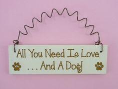 WENIG melden Sie alles was Sie brauchen ist Liebe und ein Hund - hölzerne Lasergravur humorvoll Pet-Liebhaber Eigentümer Paw Prints