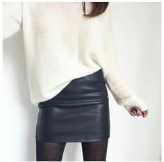 Jupe en cuir noir + pull blanc oversize = le bon mix                                                                                                                                                                                 More