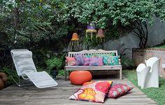 Presas em galhos, lanternas chinesas de náilon compradas em viagem decoram o jardim da estilista Adriana Barra. O tecido das almofadas também tem origem exótica: a Tailândia