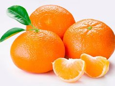 La mandarina es una fruta proveniente de las zonas tropicales de Asia, muy común en América, donde se cultiva en grandes cantidades. Su nombre proviene por el parecido de su color con el de los trajes que usaban los mandarines, gobernantes en la antigua China. Se conoce ampliamente sus beneficios como auxiliar para prevenir el catarro, por alto contenido de Vitamina C, pero sus beneficios a la salud son muchos más, aunque no tan conocidos.    [caption id=