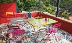 table et chaises pliantes en métal peint en couleurs
