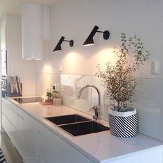 Glasskivan på plats ovanför köksbänken