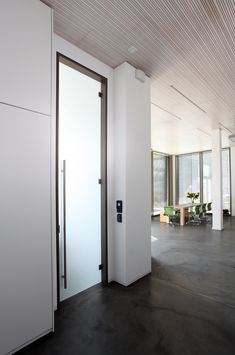 HEINEN interior and object house GmbH, Hilsfeld (GER) Photographer: ©Silke Kammann The highlight in the entrance area: the floor-to-ceiling VSG door in the stately format of 350 x 90 cm. Held by the elegant dormakaba system Office Junior, it is very easy to open and close despite its weight of 90 kg. #architecture #design #building #ArchitectureDesign #Smartandsecureaccesssolutions #TrustedAccess #dormakaba #Office #Junior