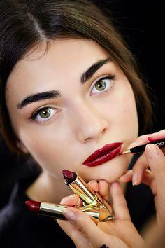 Look by Pat McGrath using Dolce&Gabbana make up products. Berry lips, dark eyebrows and cateye eyeliner. makeup augen hochzeit ideas tips makeup Makeup Trends, Beauty Trends, Beauty Hacks, Lip Makeup, Makeup Tips, Beauty Makeup, Hair Beauty, Fall Makeup, Makeup Ideas