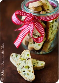 Cranberry-Pistazien-Biscotti Food N, Diy Food, Pistachio Biscotti, Swiss Recipes, Love Eat, Cakes And More, No Bake Desserts, Holiday Recipes, Bakery