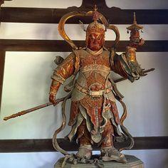 """""""Яснослышащий"""" Тамокутэн - Вайшравана он же Кубера он же Бисямонтэн. Один из Четырех царей - страж севера.  Его образ с пагодой в руке обычно помещают с северо-восточной стороны алтаря - он легко узнаваем в группе небесных стражников встречающейся во многих буддийских храмах Японии. Алексей Чекаев Туры и экскурсии по Японии с Midokoro.JP #буддизм  #Будда #Вайшравана #Бисямон #Кубера #статуя #фигура #образ #Япония #буддийский #храм #храмы #резьба #искусство #история #Киото #мидокоро #стражи…"""