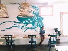 Dibujo en la pared azul turquesa. Restaurante marisquería pulpo