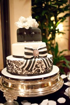 Cool black and white cake. Love the silver cake plate! Gorgeous Cakes, Pretty Cakes, Amazing Cakes, Black And White Wedding Cake, White Wedding Cakes, Black White, Gold Birthday Cake, White Cakes, Wedding Cookies