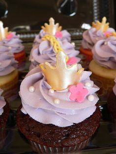 Take off flowers and crowns added head and hair on top Rapunzel Cupcakes, Crown Cupcakes, Rapunzel Cake, Bear Cupcakes, Love Cupcakes, Cupcake Cakes, Repunzel Tangled, Cupcakes Kids, Tangled Birthday Party