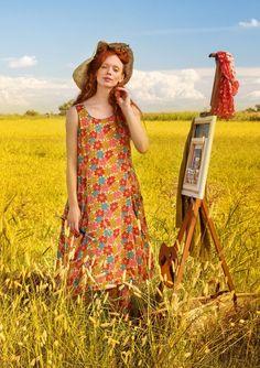 Hieman tavallista pidemmästä väljästä mekosta tulee helposti uusi suosikkivaate. Hihaton malli, takana vyötäröllä kevyt rypytys, pyöreä pääntie ja kaksi käytännöllistä etutaskua.
