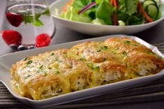 These pasta rolls with chicken Alfredo are the best choice for food. They have an incredible presentation, creamy Alfredo sauce, a touch of parsley and a lot of cheese! Prepare this rich recipe and enjoy with your family. Cooked Chicken Recipes, How To Cook Chicken, Pasta Recipes, Cooking Recipes, Pasta Paleo, Pollo Alfredo, Chicken Alfredo, Pasta Alfredo, Mexican Food Recipes