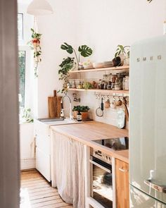 counter top It's no surprise that in recent years boho interiors have continued to surge in popularity from bedrooms to living rooms and even kitchens, but what does a bohemian kitchen rea Küchen Design, House Design, Interior Design, Design Ideas, Flat Design, Kitchen Interior, Ikea Interior, Interior Plants, Interior Lighting