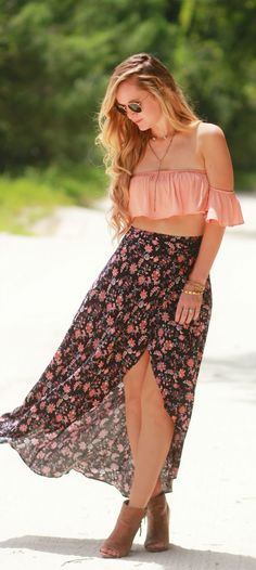 Boho chic outfit styled with blush ruffle crop top, wrap floral maxi skirt, and peep toe booties Boho Summer Outfits, Hippie Outfits, Outfit Summer, Coachella Outfit Ideas, Outfit Beach, Skirt Outfits, Chic Outfits, Fashion Outfits, Cochella Outfits