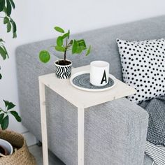 Build this simple and minimal side table. (In German)