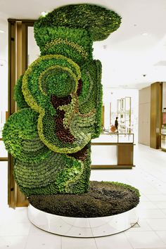 Flower artist Makoto Azuma's Art of Plants installation in Japan's Isetan Department store takes a greener perspective to the art of consumerism with plant artwork. Art Floral, Floral Design, Sogetsu Ikebana, Flower Artists, Installation Art, Art Installations, Art Of Living, Living Walls, Japanese Artists