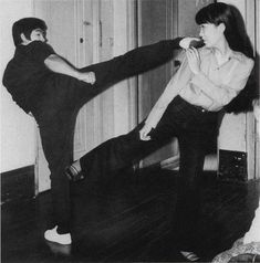 Teaching the art of fighting Bruce Lee Martial Arts, Martial Arts Women, Mixed Martial Arts, Bruce Lee Photos, Bruce Lee Body, Bruce Lee Training, Hong Kong, Blue Lee, Bruce Lee Family