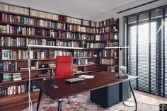 Lekkie, nowoczesne biurko na tle biblioteki w wielkomiejskim gabinecie