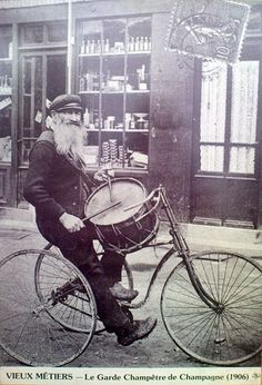 Año 1906. La orquesta del pueblo sobre 2 ruedas.