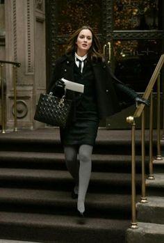 Medias grises. Corbata. Falda negra