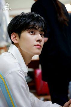 he's so handsome💞 K Pop, Korean Celebrities, Korean Actors, Cha Eunwoo Astro, Lee Dong Min, Cute Asian Guys, Asian Boys, Pre Debut, Hyun Woo